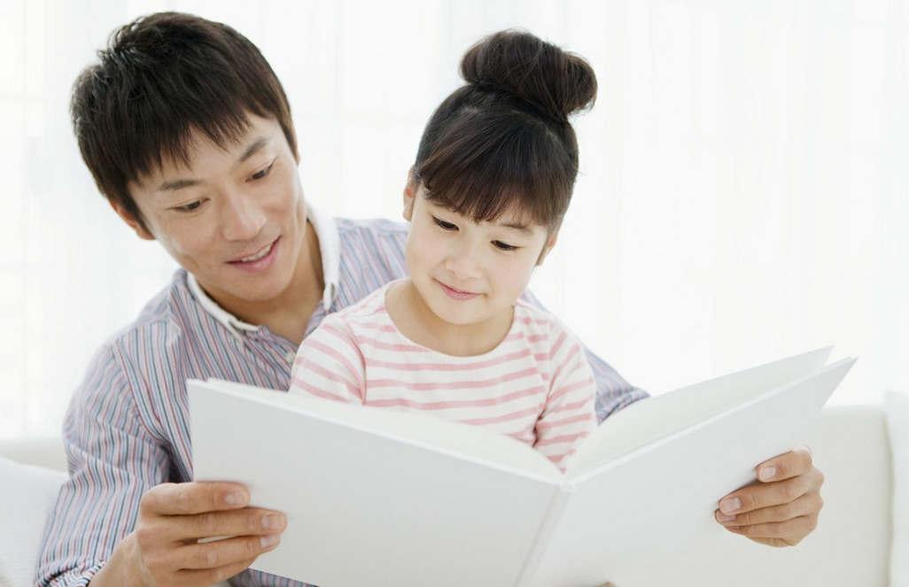 使用有节奏的姿势讲故事可以帮助孩子提高口语能力