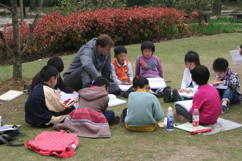 学生们在大自然的户外课程中更加投入和细心