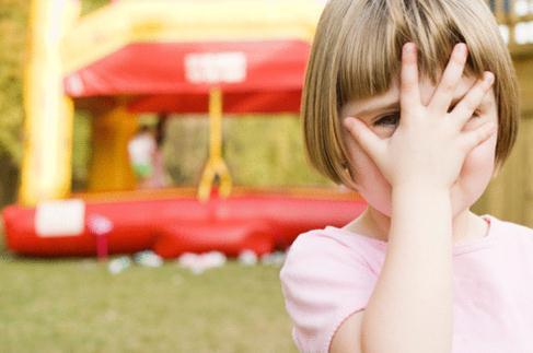 在害羞的孩子中建立社交沟通技巧有助于同伴的喜爱