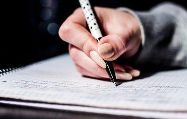 在每个学生都有一台笔记本电脑的课堂上仍然有人要求保留纸笔日记