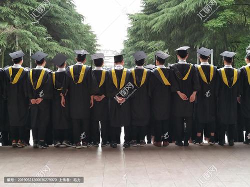 随着大学毕业季结束 年轻的本科生离开校园开始他们的成年生活