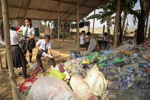 这所学校用塑料废物取代了学费并改造了城镇