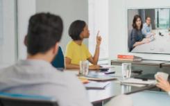 许多学生正在参加实时视频会议聊天以代替面对面的课堂
