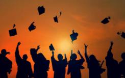 为了让学生们顺利毕业不少高校为毕业生打包行李还送上了毕业礼物