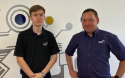 德比郡IT公司承诺在第一个学徒成功后投资于年轻人